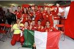 Ferrari-Team feiert mit dem Pokal