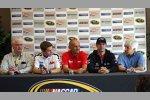 Sonoma-Streckenchef Steve Page, die WTCC-Fahrer und WTCC-Pressechef Fabio Ravaioli