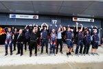Das Red-Bull-Team macht in der Regenpause ein wenig Stimmung und begeistert die Fans auf der gegenüberliegenden Tribüne