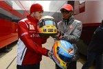 Fernando Alonso (Ferrari) und Lewis Hamilton (McLaren) tauschen ihre Helme