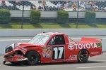 Truck-Tabellenführer Timothy Peters schleppt seinen ondulierten Toyota Tundra zur Box