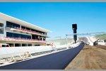 Komplettierung der ersten Schicht Asphalt des Circuit of The Americas in Austin (Texas/USA): Start- und Zielgerade