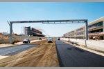Komplettierung der ersten Schicht Asphalt des Circuit of The Americas in Austin (Texas/USA): Start- und Zielgerade mit Haupttribüne