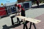 Ein Marussia-Mechaniker passt die Bodenplatte an
