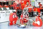 Ferrari-Mechaniker bereiten das Auto auf das Training vor