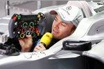 Nico Rosberg (Mercedes) erklärt für einen TV-Beitrag sein Lenkrad