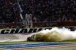 Der Sprit im Waltrip-Toyota von Sieger Clint Bowyer reichte noch für einen Burnout