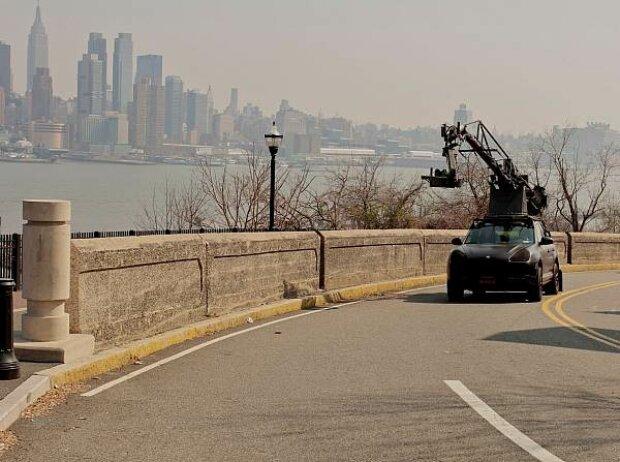 Kamera-Fahrzeug vor der Skyline von Manhattan