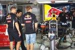 Sebastian Vettel (Red Bull) inspiziert die Box