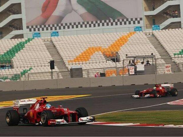 Fernando Alonso vor Felipe Massa