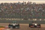 Nico Rosberg (Mercedes) und Narain Karthikeyan (HRT)
