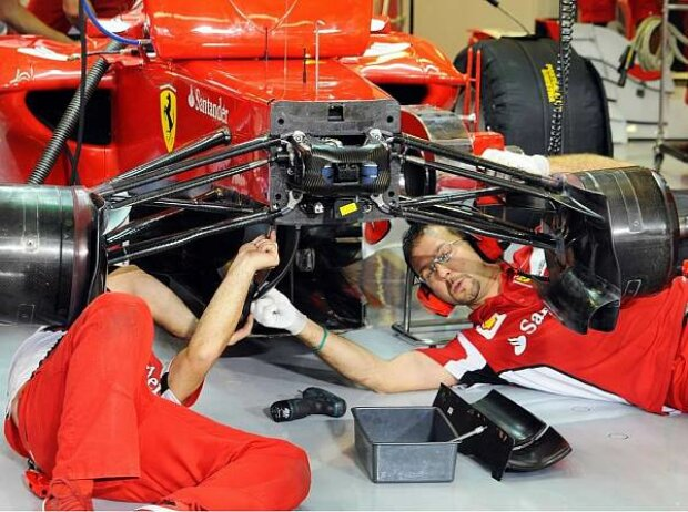 Ferrari-Mechaniker bei der Arbeit