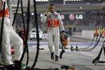 Lewis Hamilton (McLaren) kommt nach seinem Ausfall enttäuscht an die Box zurück
