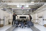 Scrutineering: Lotus-Renault E20 wird in der FIA-Box vermessen und gewogen