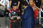 NASCAR-Präsident Mike Helton gratuliert Ricky Stenhouse