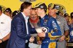 NASCAR-Chef Brian France gratuliert dem neuen Champion Brad Keselowski