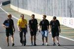 Sebastian Vettel (Red Bull) geht mit seinen Ingenieuren die Strecke ab