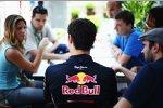 Journalisten beim Roundtable mit Mark Webber (Red Bull)