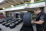 Lotus-Mechaniker arbeitet mit den Pirelli-Reifen