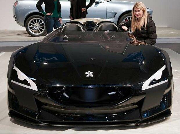 Der Peugeot EX1 ist Elektrorenner und Rekordfahrzeug zugleich. Das Auto ist 3,54 Meter lang, 90 Zentimeter hoch und wiegt nur 750 Kilogramm. Mit gleich zwei Elektromotoren hat der Roadster eine Leistung von 340 PS