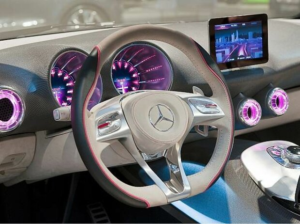 Hinter dem Mercedes Concept A steckt eine Studie für die A-Klasse der Zukunft. Die Innenraumgestaltung erinnert an Flugzeuge, das Armaturenbrett ist einer Tragfläche nachempfunden.