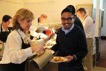 Auch Geschäftsführer Riad Asmat muss sich das Essen selbst vom Buffet abholen