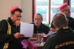Caterham-Mitarbeiter unterhalten sich