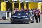 Die Wood-Crew schiebt den Ford Fusion mit Trevor Bayne in Richtung Garage