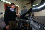 Den Prüfstand gab es damals schon, so modern wie heute war er aber noch nicht: Mario Illien mit einem V10-Motor im Jahr 2001