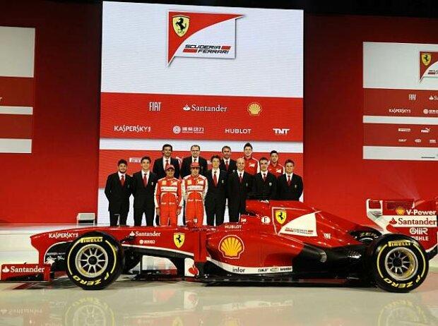 Das Ferrari-Team mit dem F138 für die Saison 2013