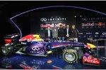 Christian Horner, Adrian Newey, Mark Webber (Red Bull) und Sebastian Vettel (Red Bull) mit dem RB9