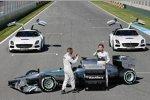 Lewis Hamilton (Mercedes) und Nico Rosberg (Mercedes) fotografieren den F1 W04 mit ihren neuen Handys