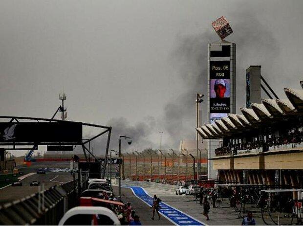 Rauchwolke hinter dem Bahrain International Circuit