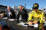 Matt Kenseth gibt sein erstes Siegerautogramm als Gibbs-Pilot