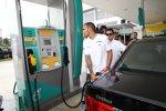 Lewis Hamilton (Mercedes) an der Petronas-Tankstelle