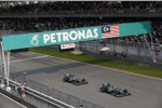 Lewis Hamilton vor Nico Rosberg (Mercedes)