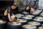 Lotus-Mechaniker überprüfen die Reifen