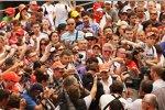 Sergio Perez von Fans umringt