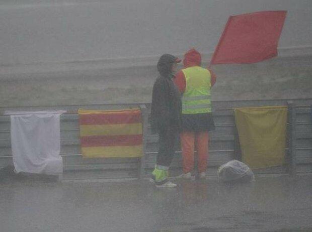 Streckenposten mit der roten Flagge.