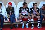 Fernando Alonsos Freundin Dascha Kapustina beobachtet das Spiel von der Ersatzbank aus