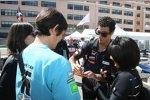 Daniel Ricciardo (Toro Rosso) schreibt Autogramme