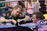 Sebastian Vettel (Red Bull) erklärt WRC-Star Sebastien Ogier (Volkswagen) seinen Arbeitsplatz
