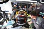 Helm von Lewis Hamilton (Mercedes) mit Freundin Nicole und Hund Roscoe