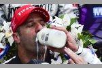 Tony Kanaan genießt die obligatorische Siegermilch