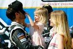 Jimmie Johnson mit Ehefrau Chandra und Töchterchen Genevieve Marie in der Victory Lane