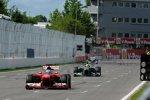 Und da ist er vorbei: Fernando Alonso (Ferrari) lässt Hamilton hinter sich und feiert einen zweiten Platz in Montreal