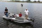 Tony Stewart angelt im Lake Lloyd von Daytona
