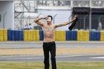 Ein politischer Demonstrant, der gegen das französische Staatsoberhaupt Francois Hollande demonstriert, läuft auf die Strecke