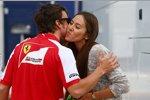 Fernando Alonso (Ferrari) begrüßt Jessica Michibata, Freundin von Jenson Button (McLaren)