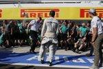 Lewis Hamilton (Mercedes) feiert mit dem Team